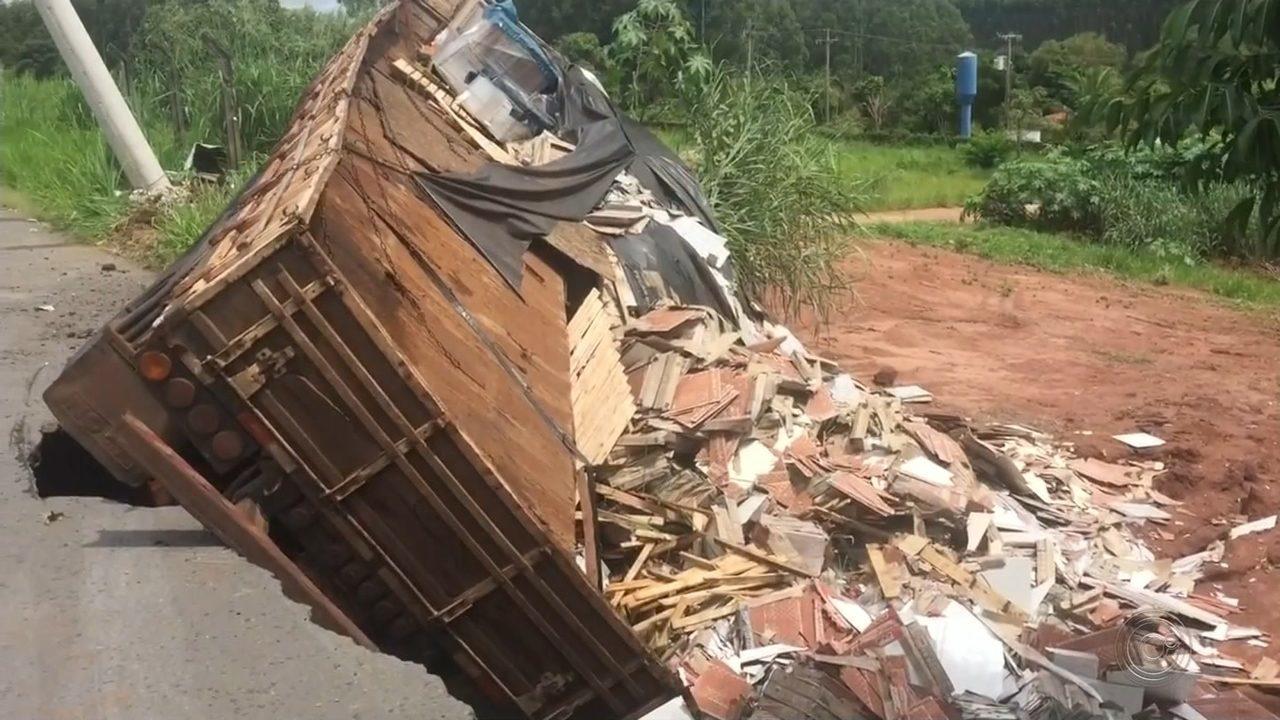 Caminhão é 'engolido' por buraco aberto em alça de acesso da rodovia de Santa Maria
