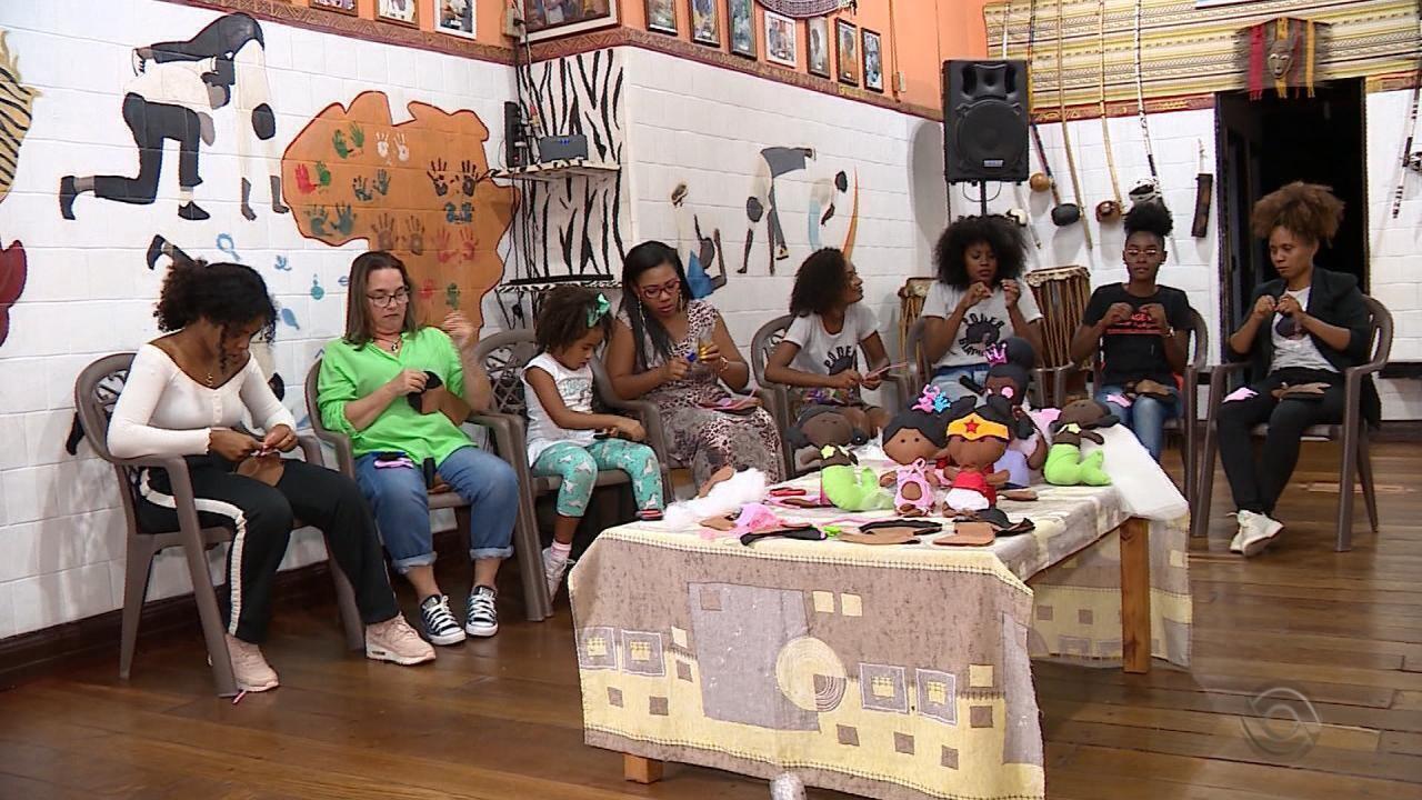 Mulheres dão oficinas ensinando a fazer bonecas de pano inclusivas