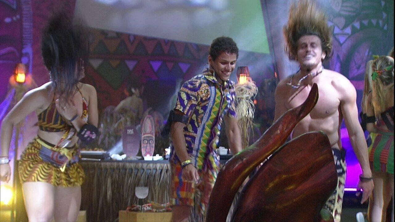 Elana, Danrley e Alberto 'batem cabelo' na pista de dança