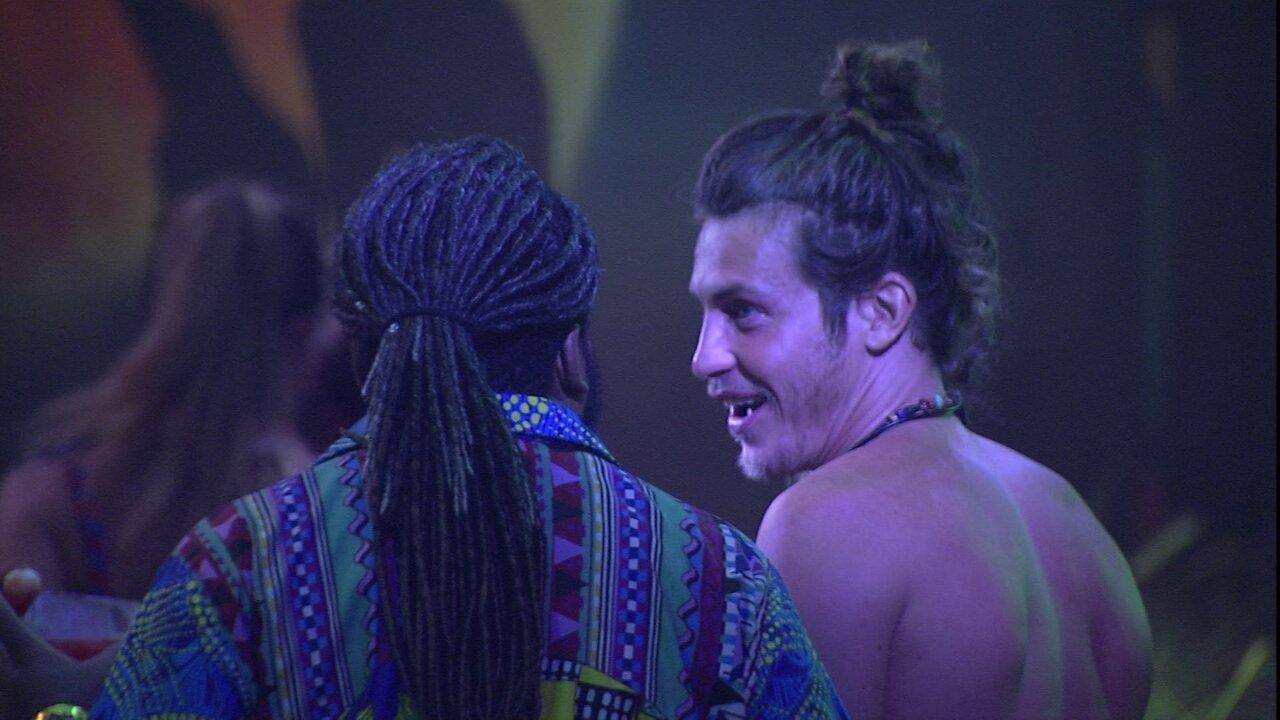 Rodrigo pergunta como são festas na Itália e Alberto revela: 'Não tem essa paixão'
