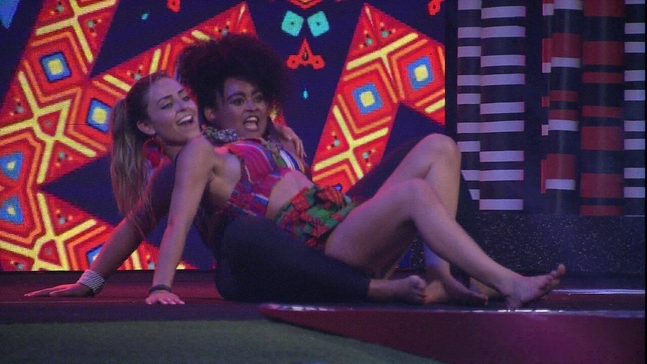 Paula e Rízia rebolam no chão da festa ao som de '7 rings'