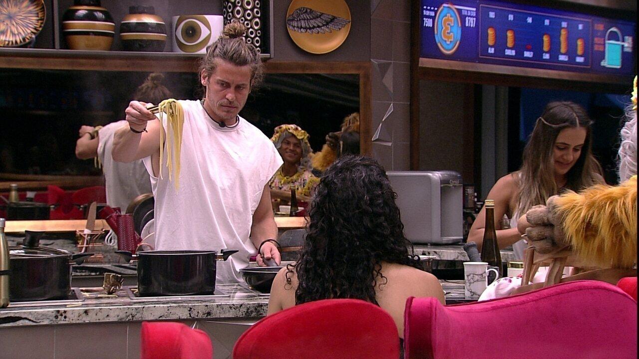 Alberto ensina brothers como preparar macarrão