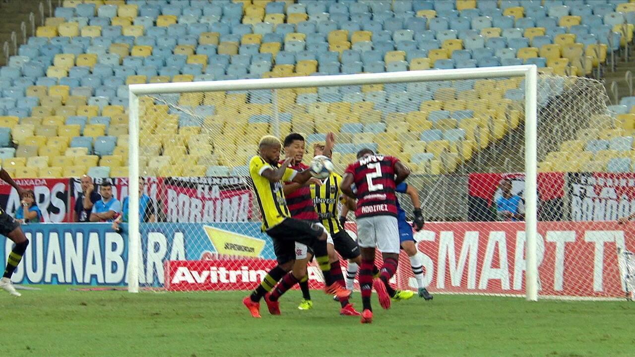 Jogadores do Flamengo pedem pênalti em lance na área do Volta Redonda, aos 20' do 2º tempo