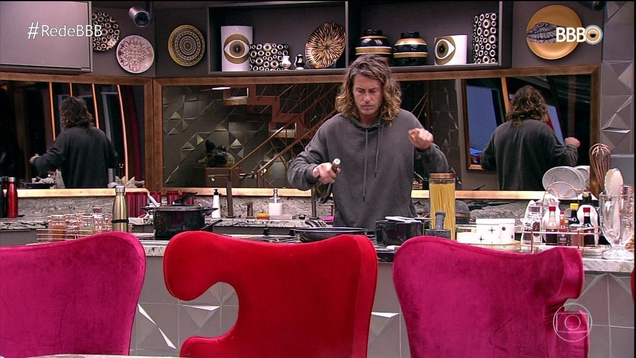 Alberto prepara almoço para os brothers