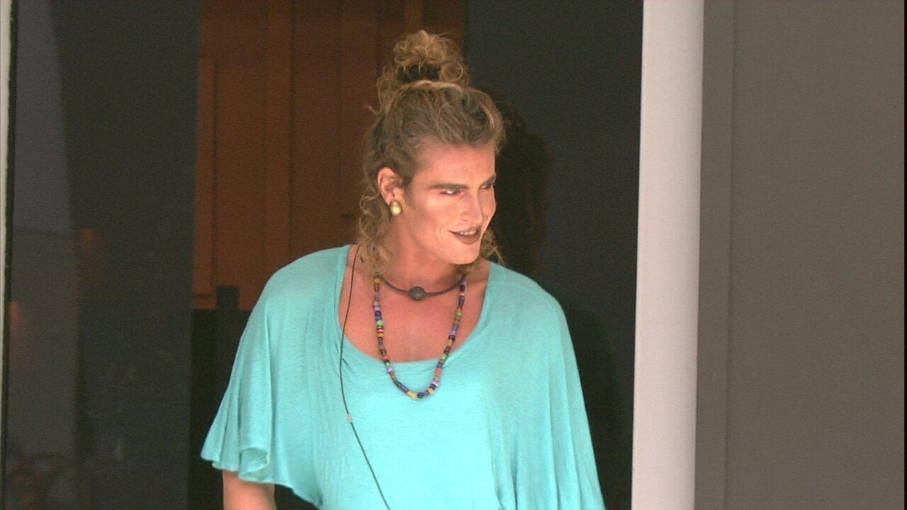 Alberto Mezzetti desfila pela casa maquiado e com vestido de Paula