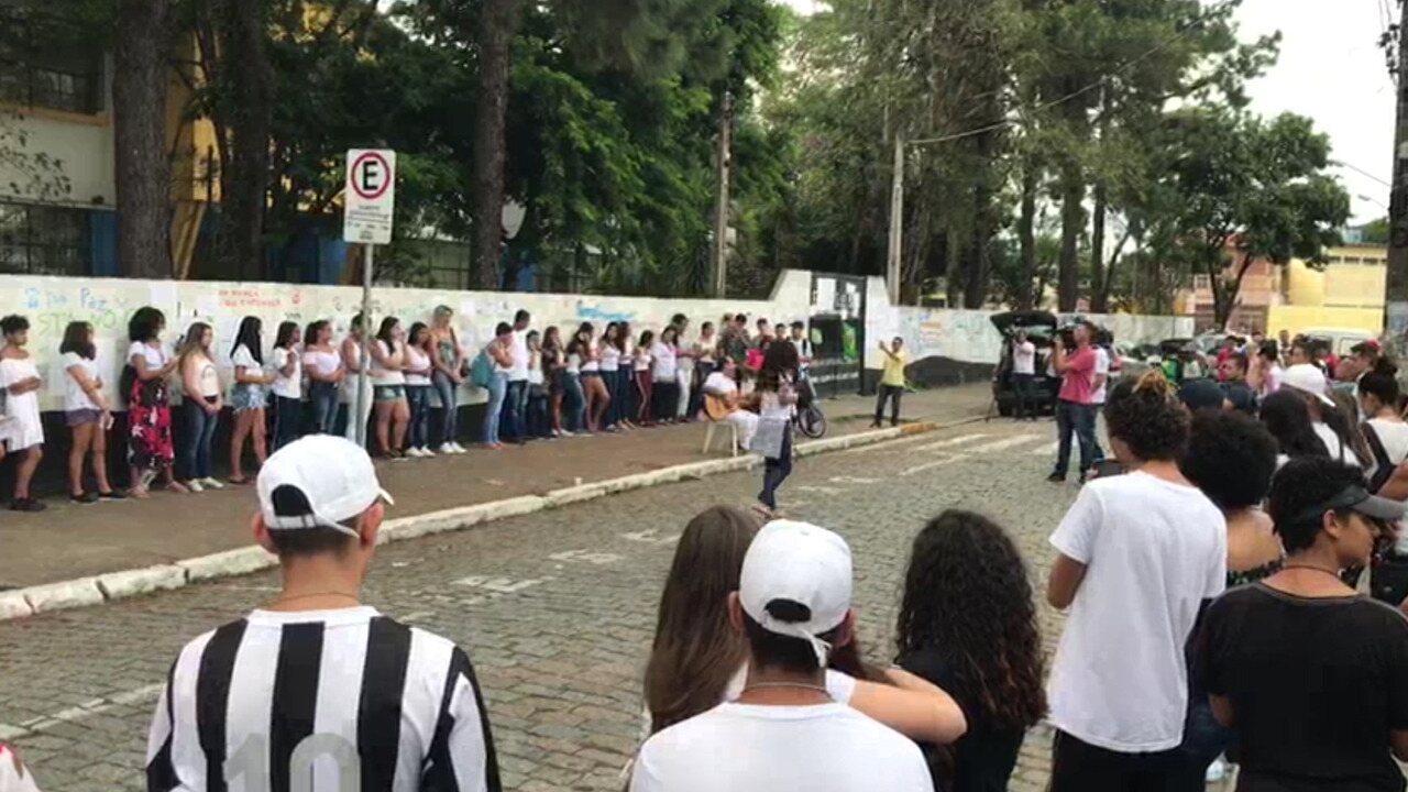 Ato em homenagem às vítimas após massacre na Raul Brasil
