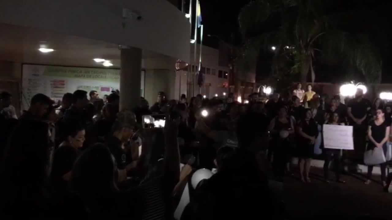 Manifestantes cantam durante protesto contra a morte de professora