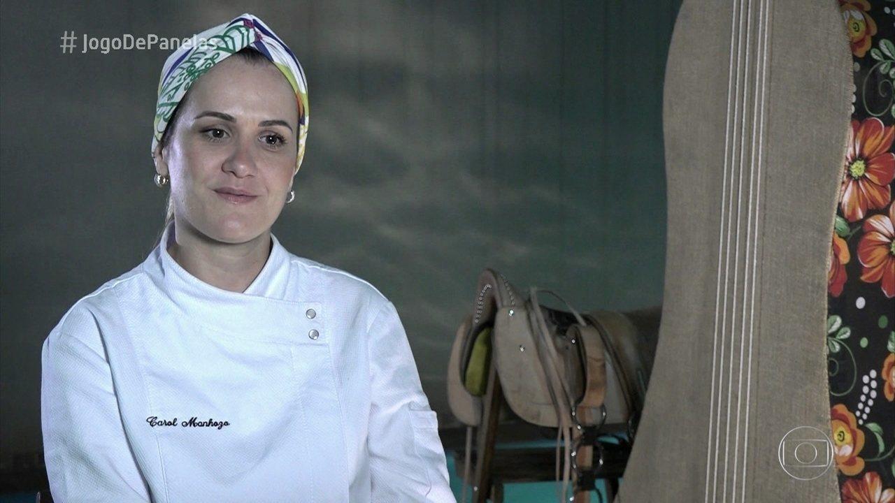A chef Carol Manhozo avalia os pratos dos participantes e dá seu voto