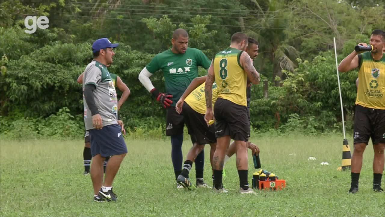 Goleiro reserva do Altos, Andrade surge com olho roxo em treino; veja