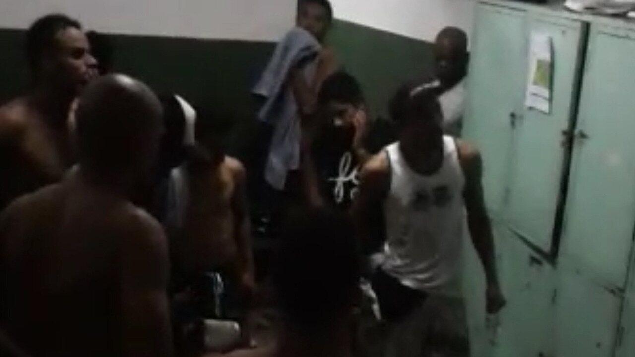 Torcedores de organizada entram no vestiário para pressionar jogadores do Naça de Patos