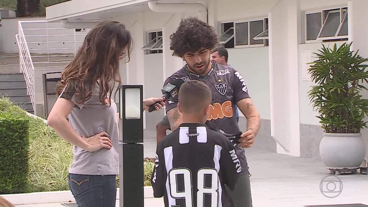 Pequeno torcedor conhece CT e tem camisa autografada por jogadores do Atlético-MG