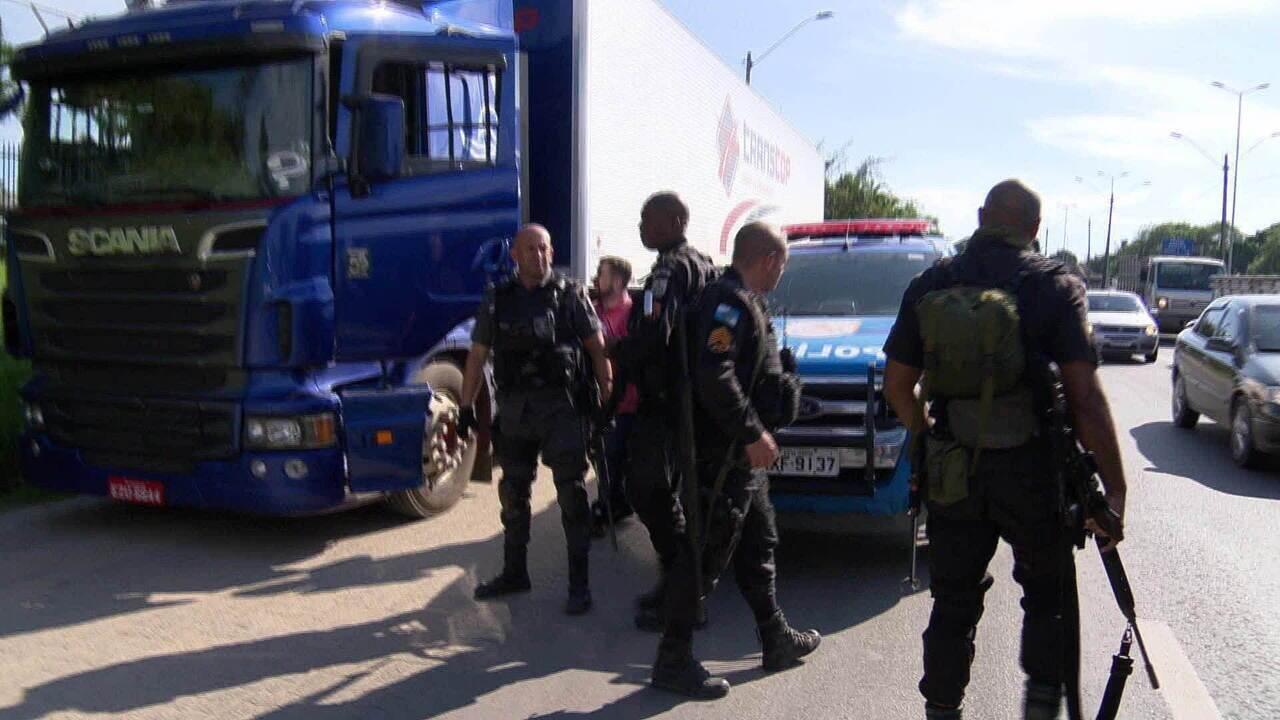 Motorista pede ajuda, mas a polícia não recupera caminhão roubado