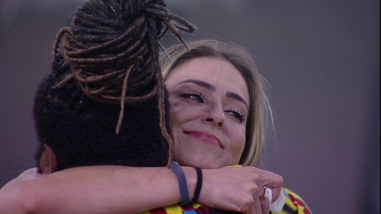 Rodrigo e Gabriela abraçam Paula, e brother diz: 'Você é gigante'