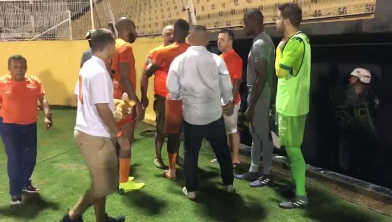 Presidente do Atibaia discute com jogadores após derrota para Portuguesa na Série A2