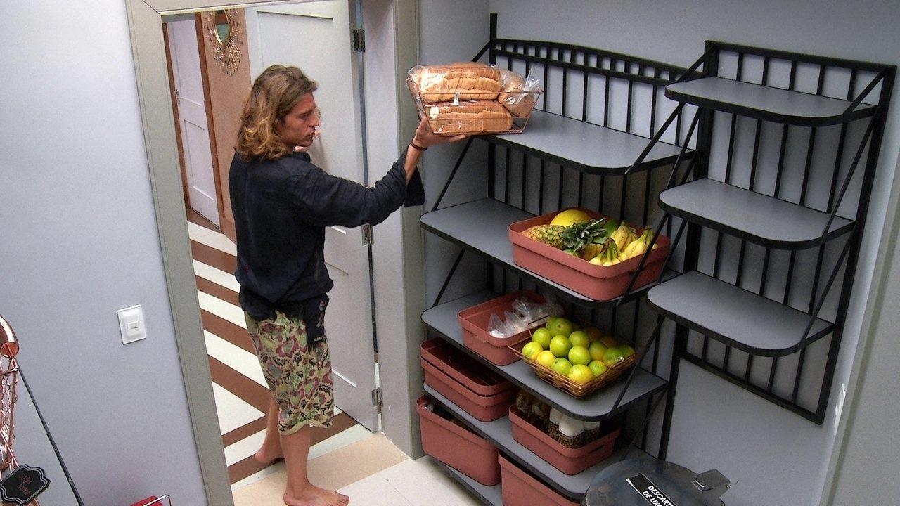 Alberto ajuda sisters com a organização das compras da semana