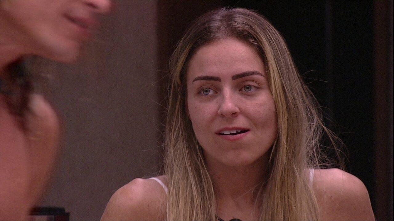 Paula observa Alberto só de toalha e comenta: 'É muita tentação'