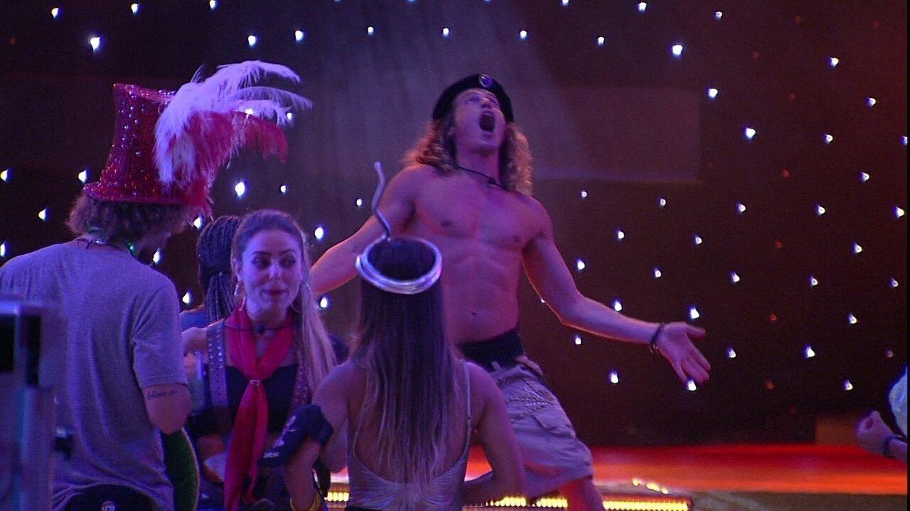 Alberto sobe no palco e dança para brothers