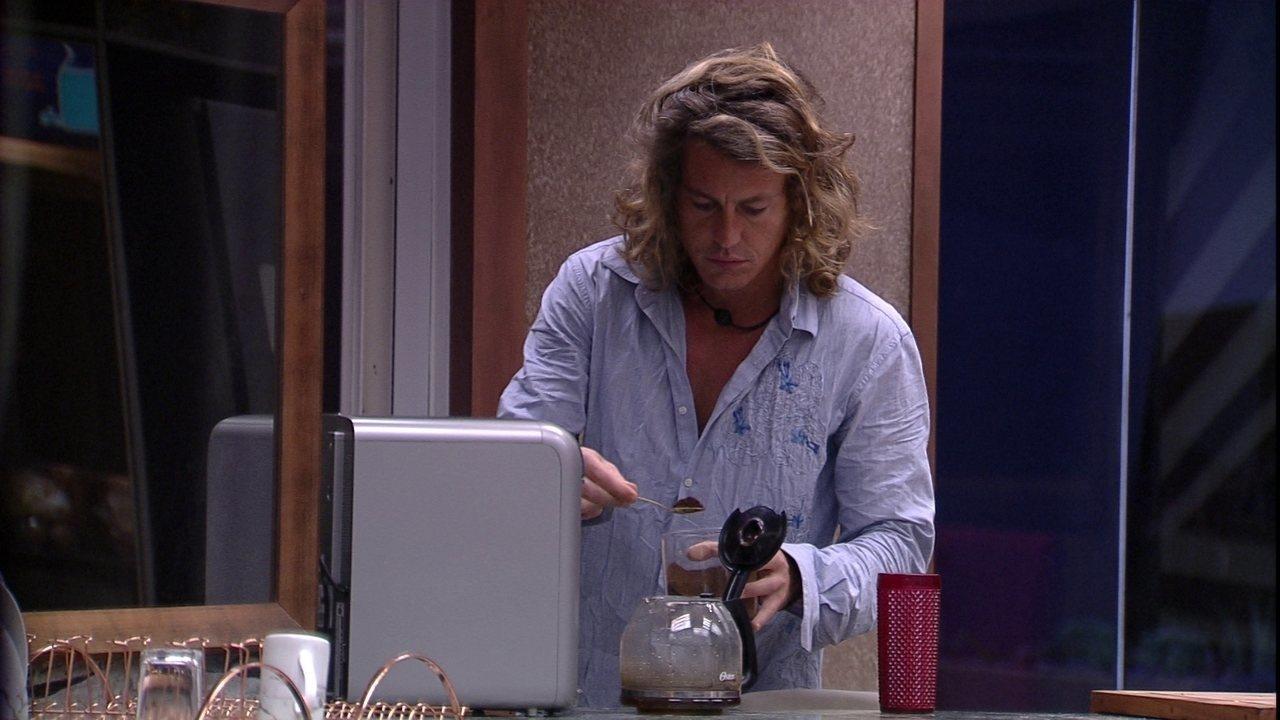 Alberto Mezzetti acorda e tenta preparar café, mas comete deslize