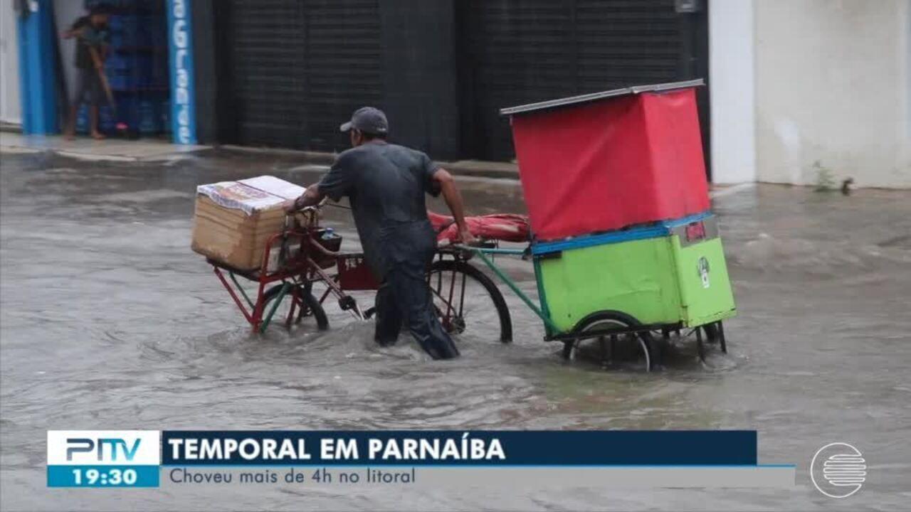 Temporal dura mais de 4 horas em Parnaíba e alaga ruas e causa estragos