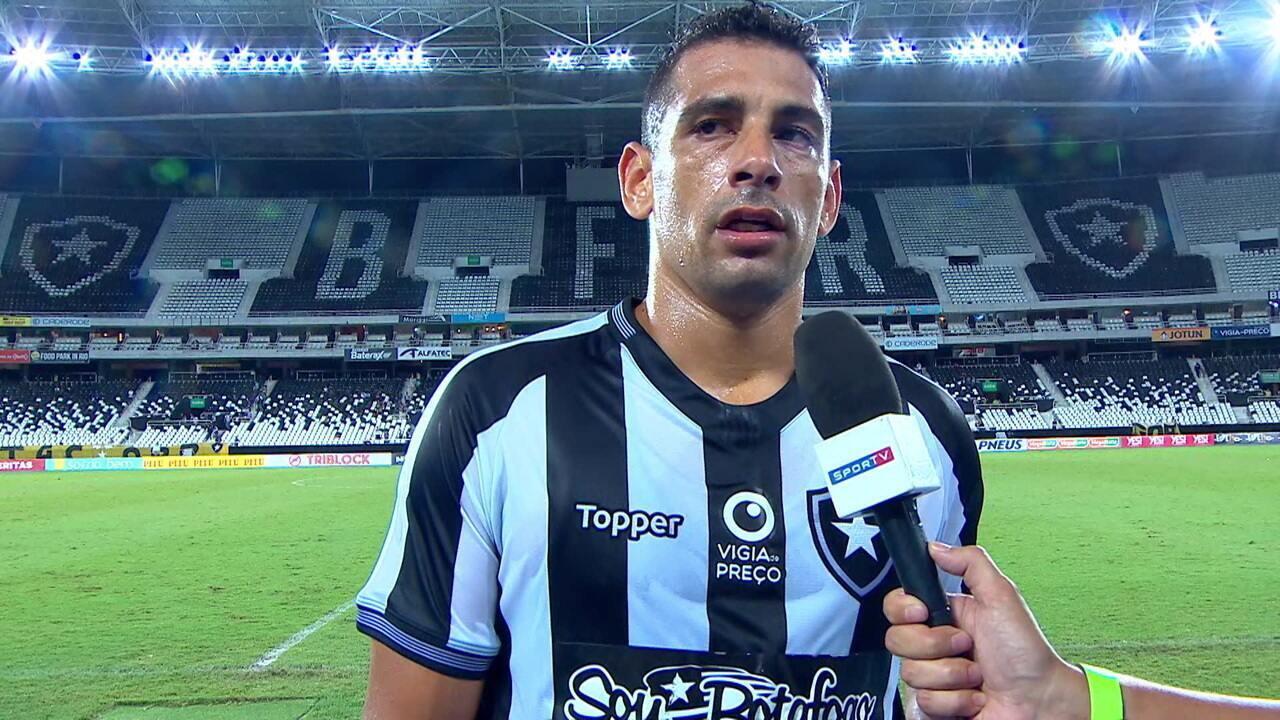 Diego Souza reclama de campo encharcado, mas comemora primeiro gol com a camisa do Botafogo