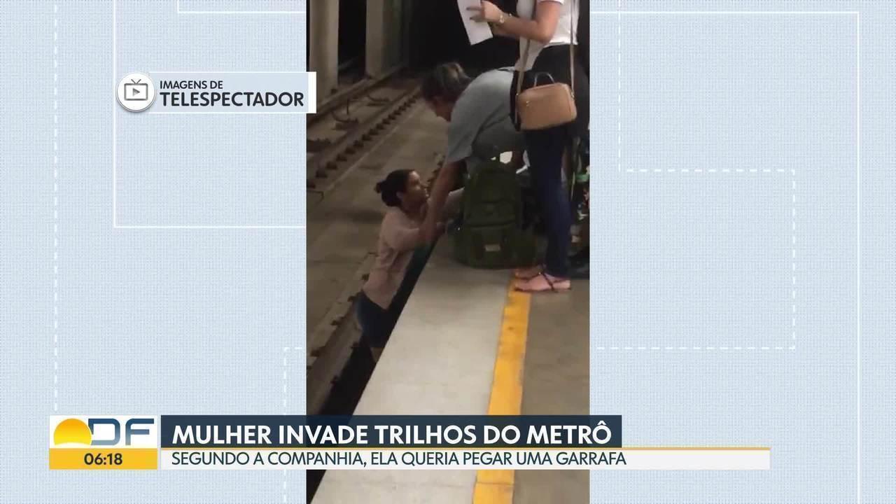 Mulher invade trilhos do metrô para pegar garrafa