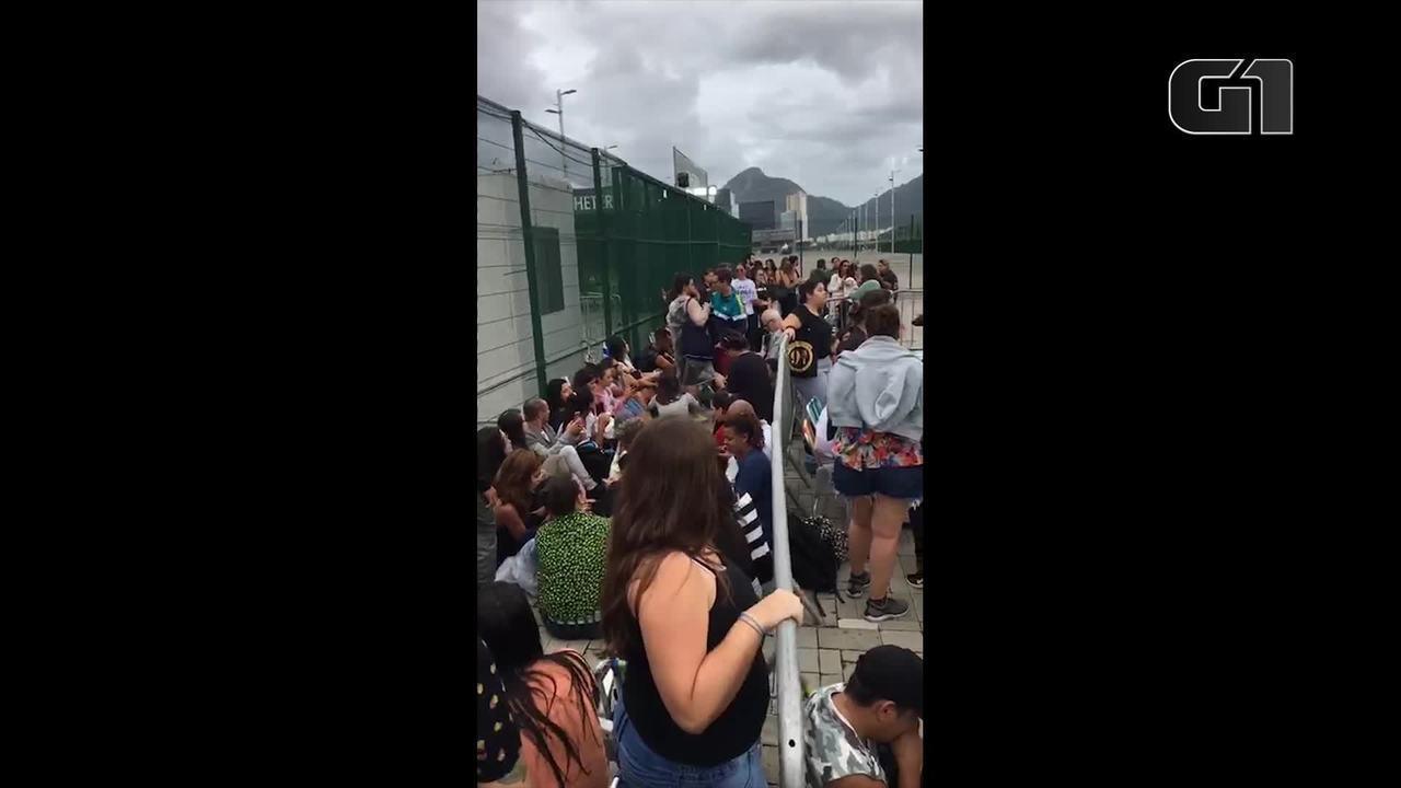 Sob chuva, fãs de Sandy e Junior encaram fila para comprar ingressos no Rio