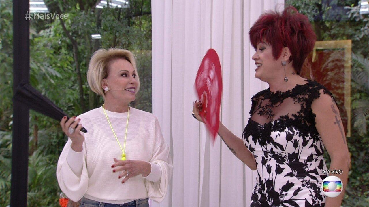 Nany People ensina Ana Maria a jogar o leque