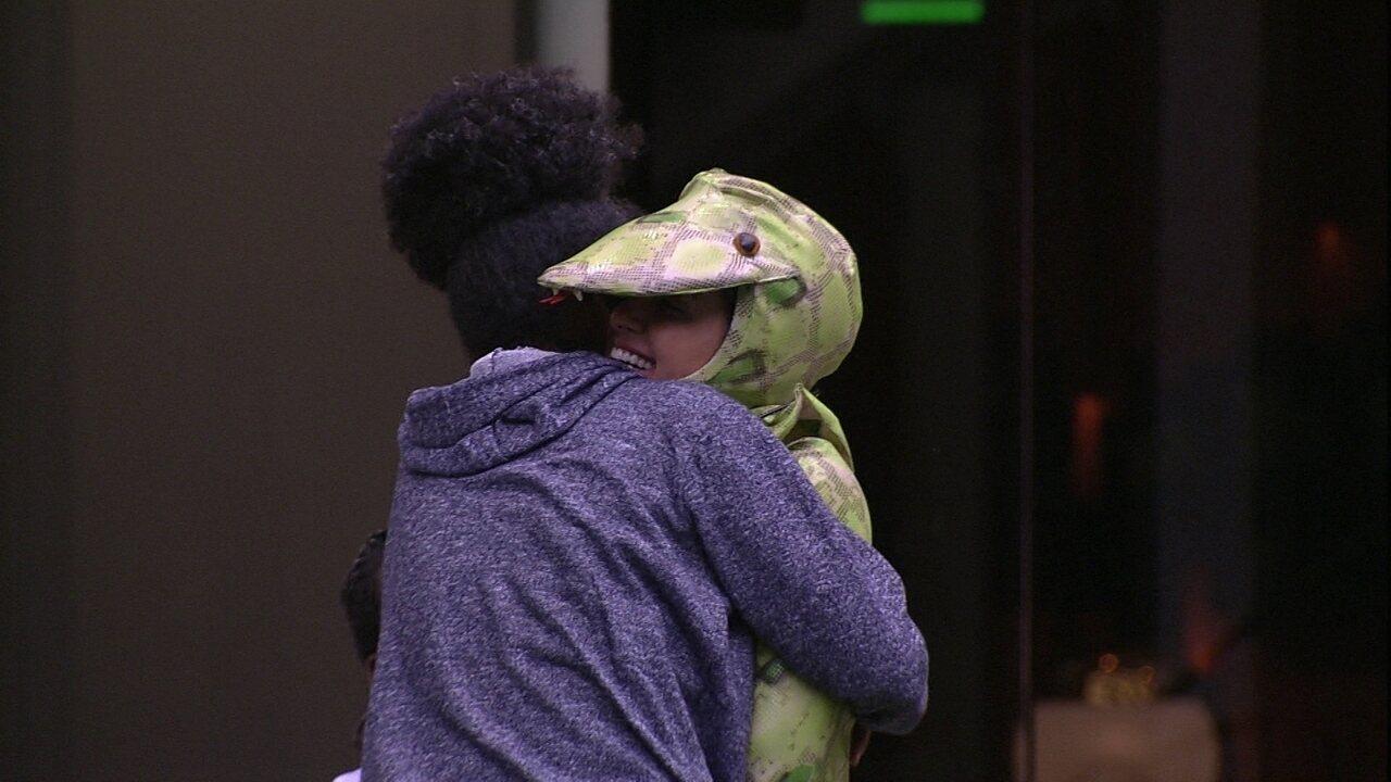 Carolina abraça Gabriela: 'Para de sofrer'