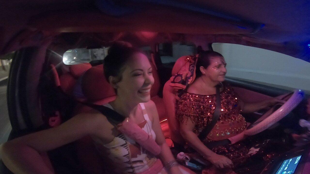 Briza Menezes dá um rolé com a taxista Val, que circula pelas ruas num carro animado