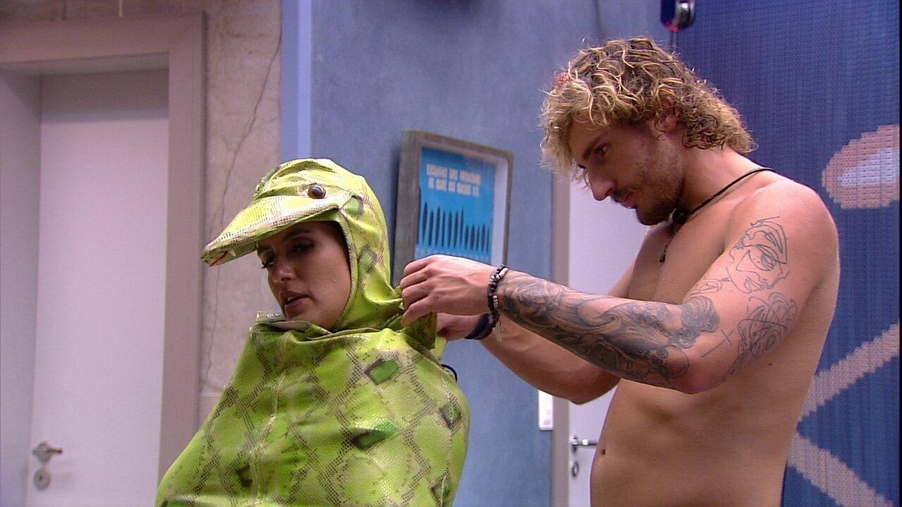 Alan ajuda Carolina a se vestir com roupa do Castigo do Monstro