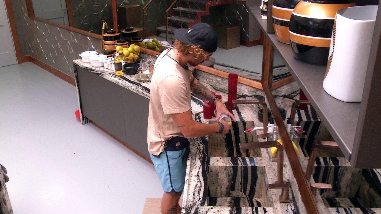 Alan lava copos na pia da cozinha e canta sucesso de Barão Vermelho