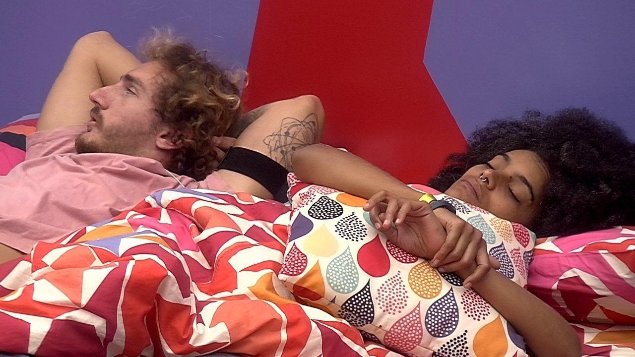 Alan deita ao aldo de Gabriel e fica pensativo