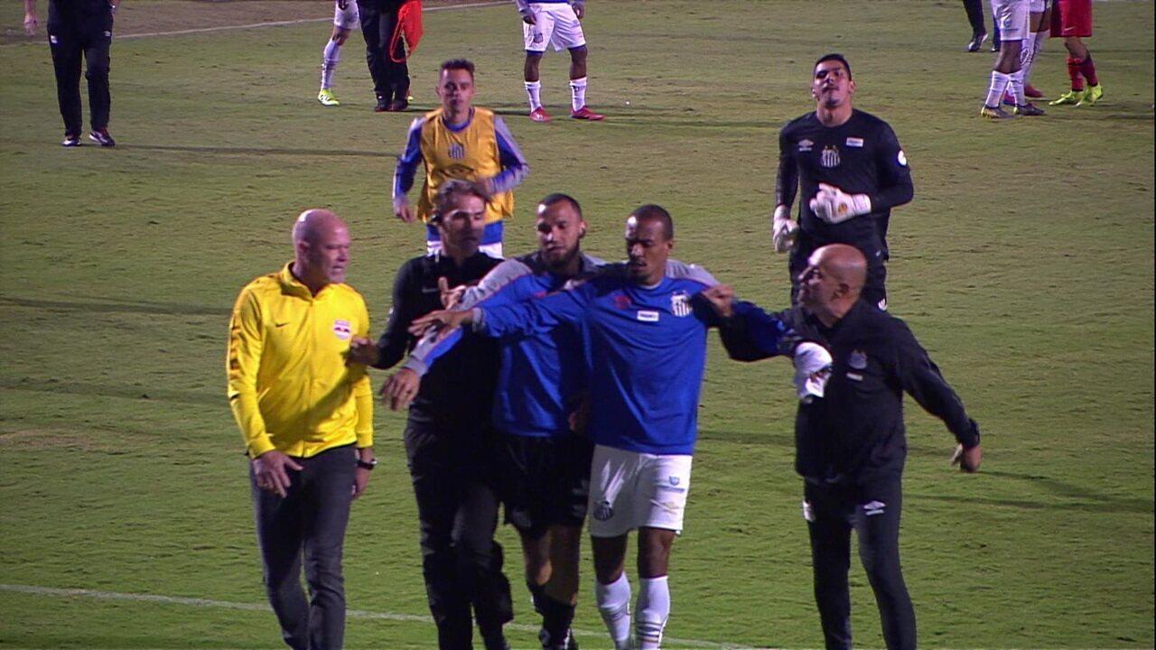 Confusão no fim do jogo do Santos entre Zago, técnico  e Sampaoli