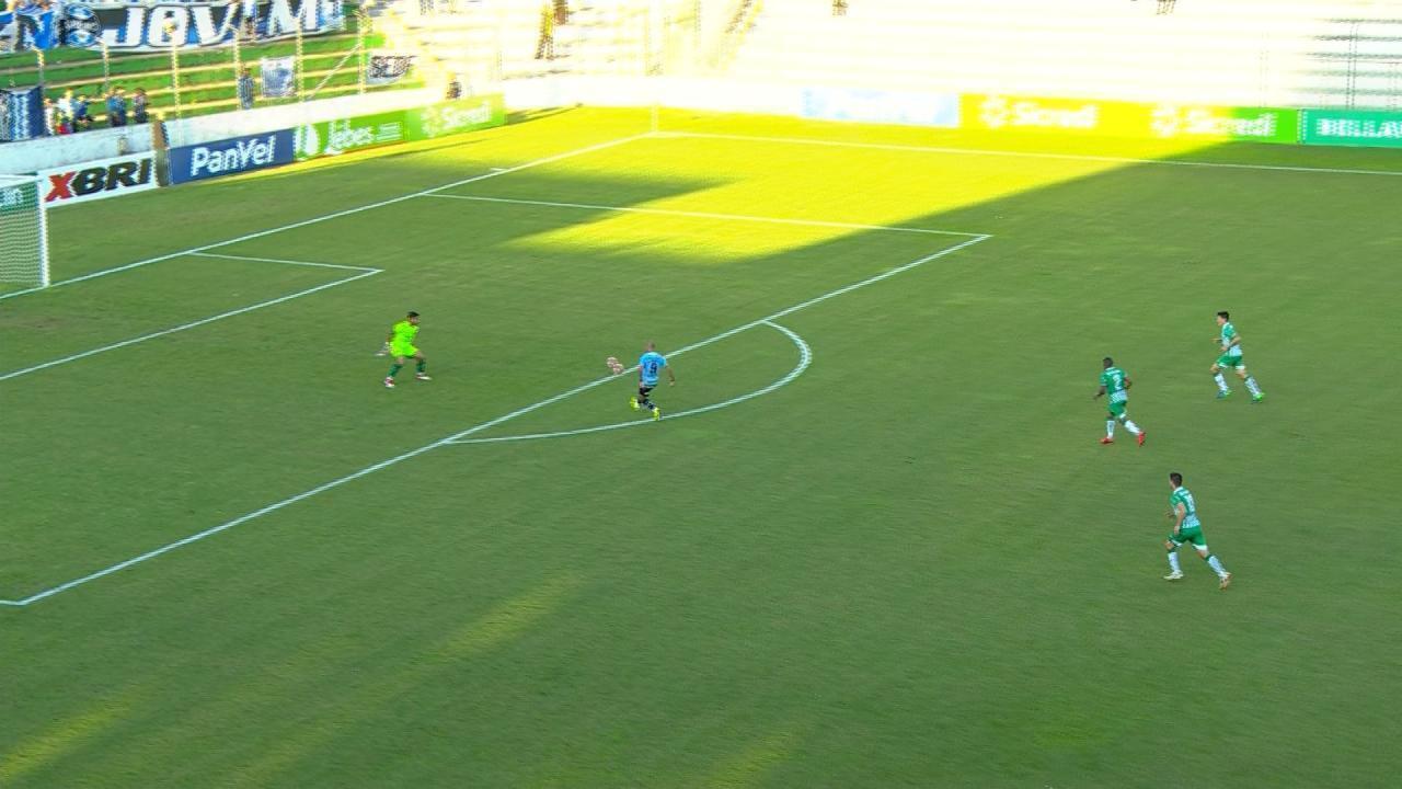 Diego Tardelli fica na cara do goleiro e marca por cobertura