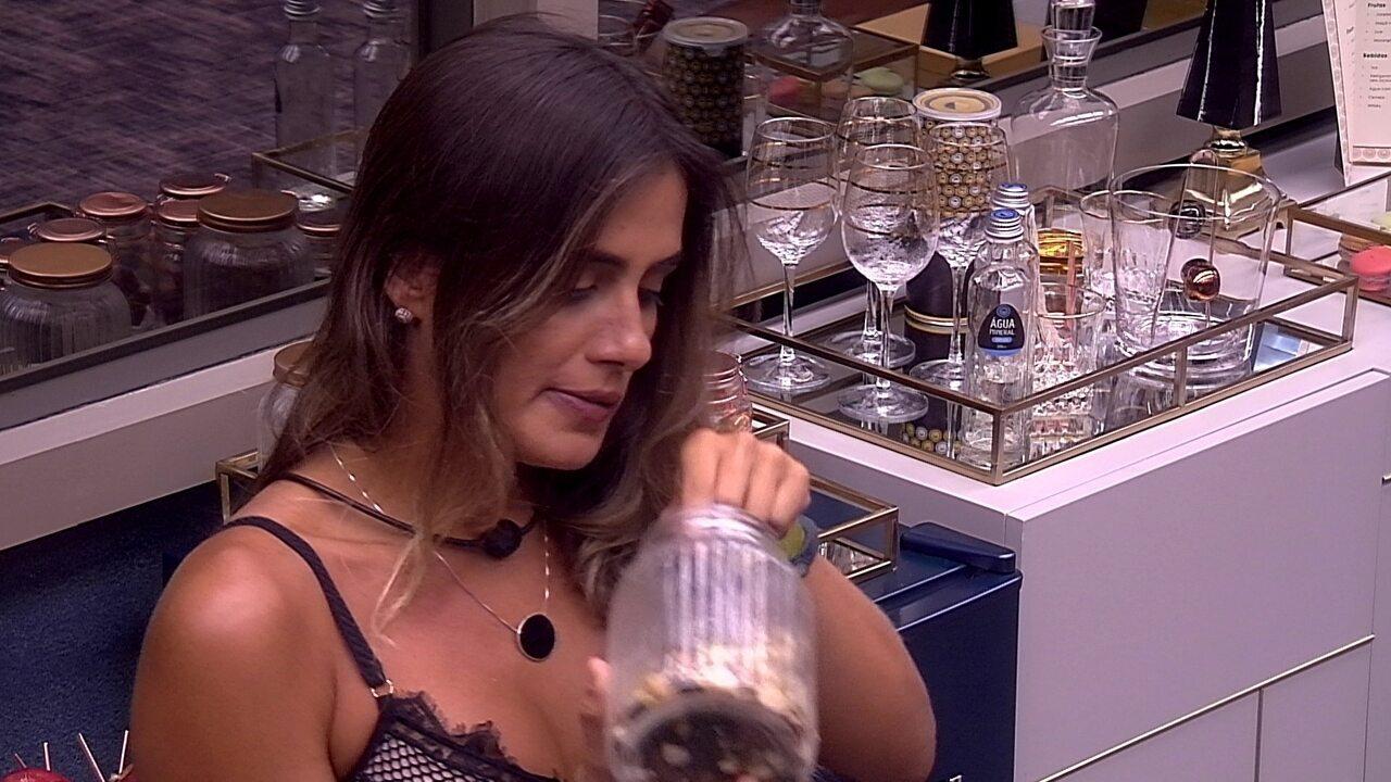 Alan diz para Carolina que Gabriela quer conversar, e sister diz: 'Sem necessidade'