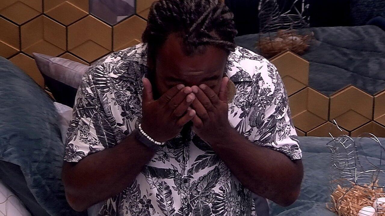 Rodrigo chora sozinho no Quarto Ouro