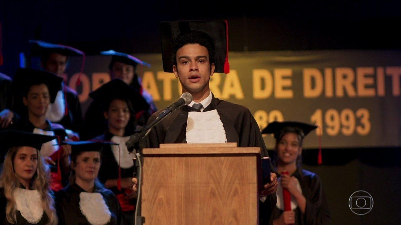 Diego consegue chegar a tempo de seu discurso na formatura