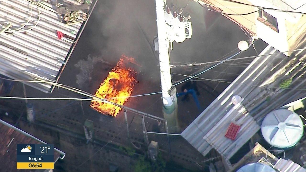 PM é flagrado atirando objetos dentro de fogueira no Morro Dona Marta