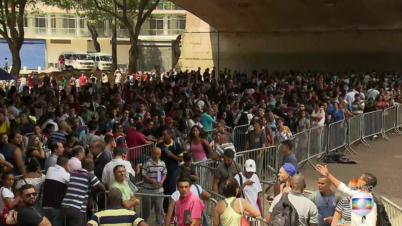 Desempregados enfrentam fila por 6 mil vagas de emprego em SP
