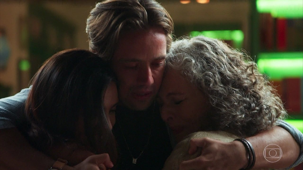 Margot e Daniel se abraçam emocionados