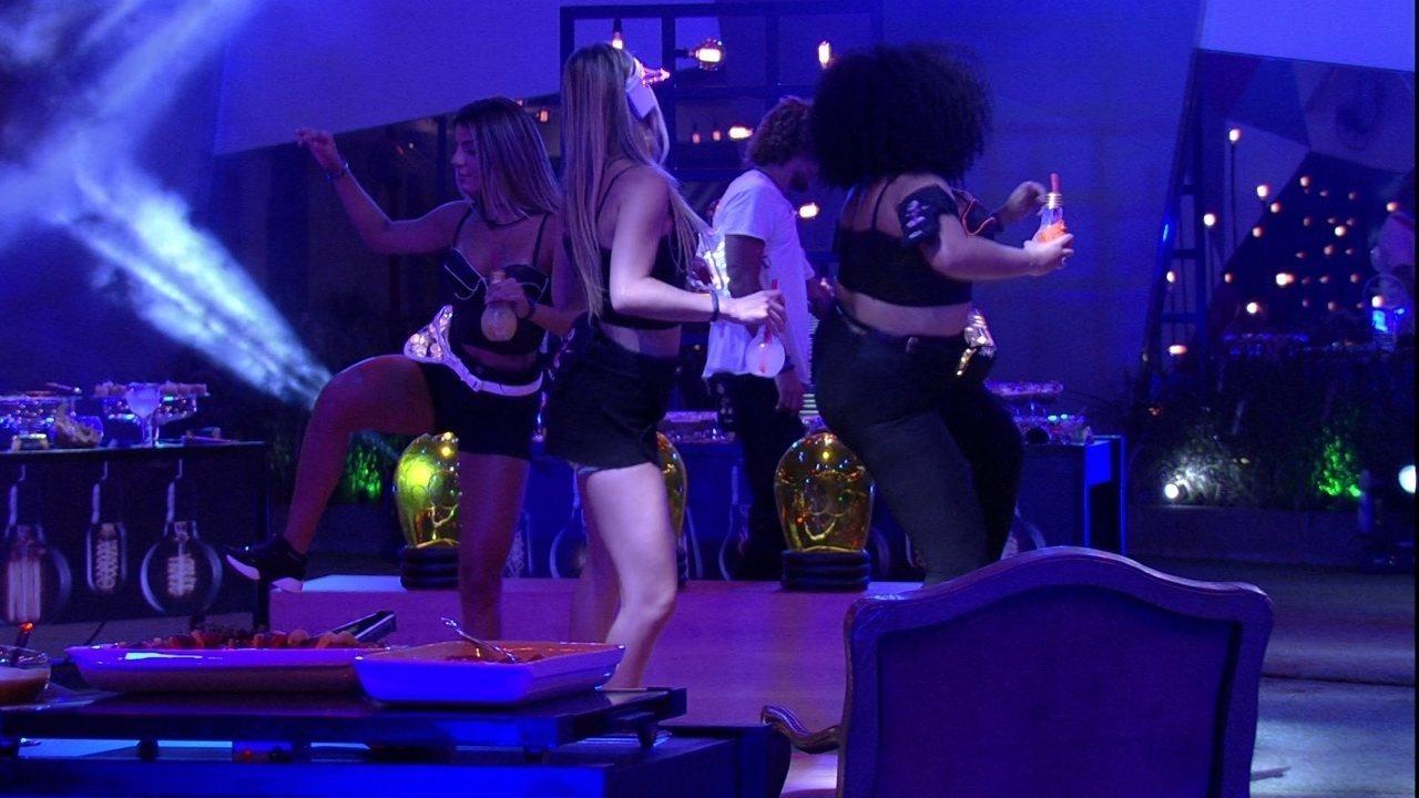 Rízia, Paula e Hariany fazem coreografia na Festa Luz
