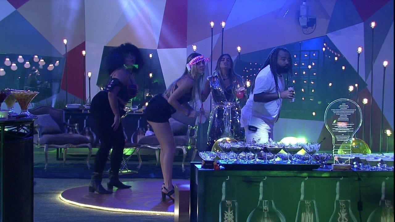 Rízia, Paula, Gabriela e Rodrigo fazem coreografia na Festa Luz