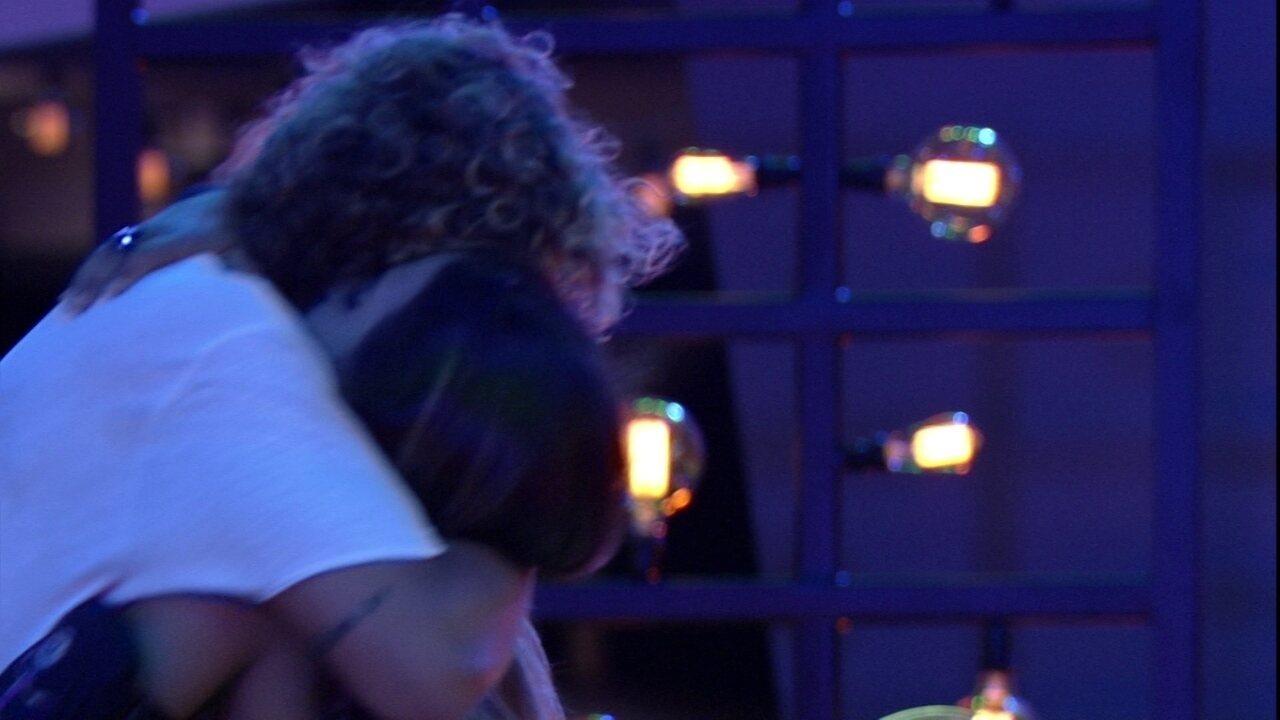 Em abraço longo com Alan, Carolina desce a mão pelas costas do brother