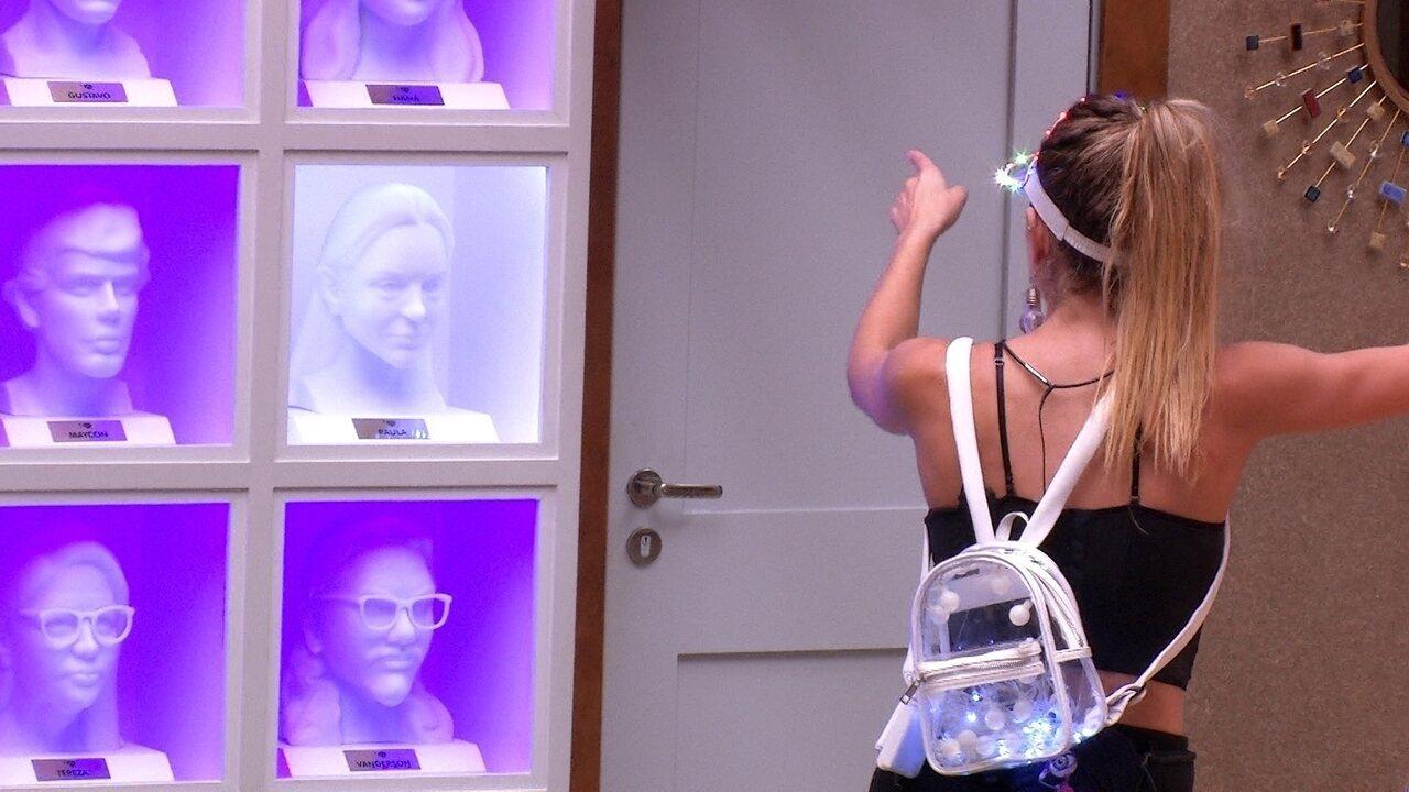 Paula olha para os bustos da sala e 'conversa' com ex-brothers
