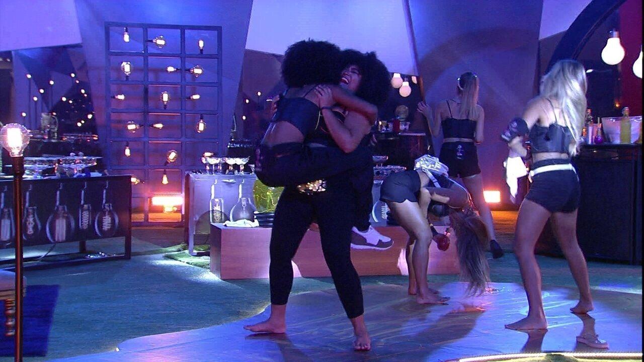 Rízia pega Gabriela no colo e envolve sister com as pernas