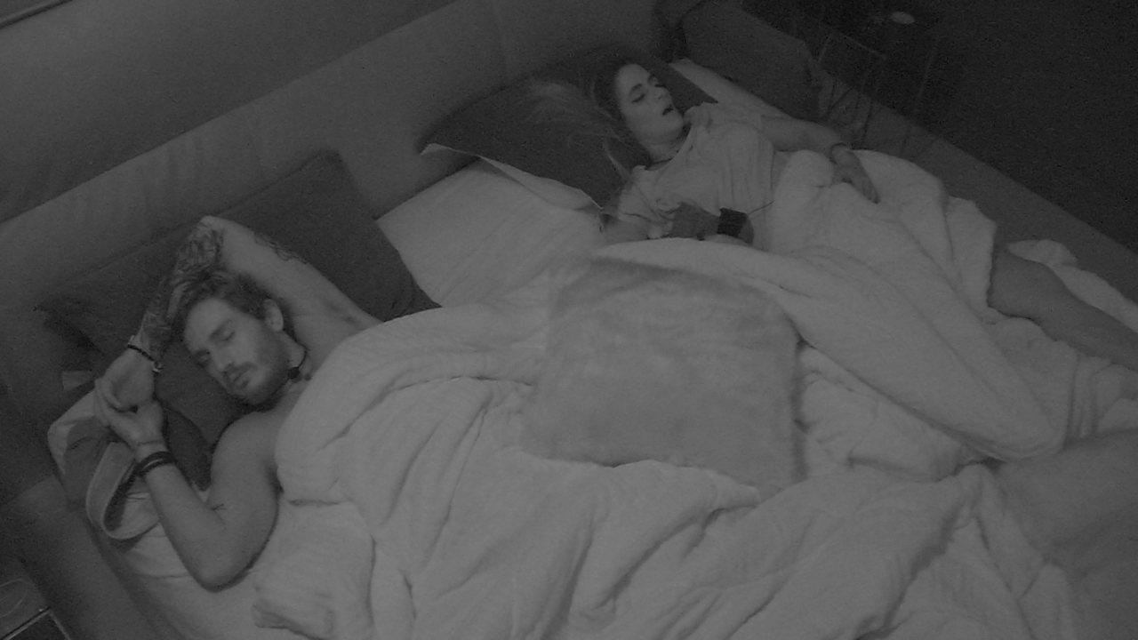 Alan e Carolina dividem cama após noite de Festa Luz