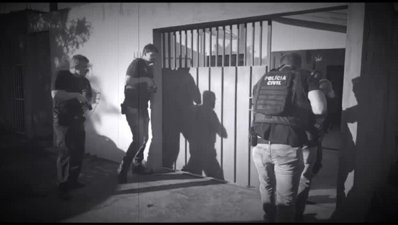 Policiais civis entram em casa de Cambé (PR) pela Operação Luz da Infância