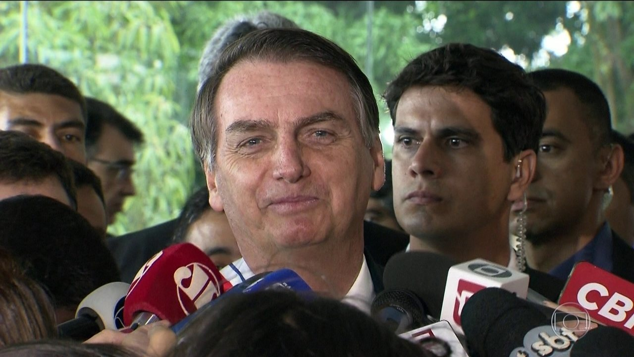 Bolsonaro chama de 'chuva de verão' a troca de farpas com Maia