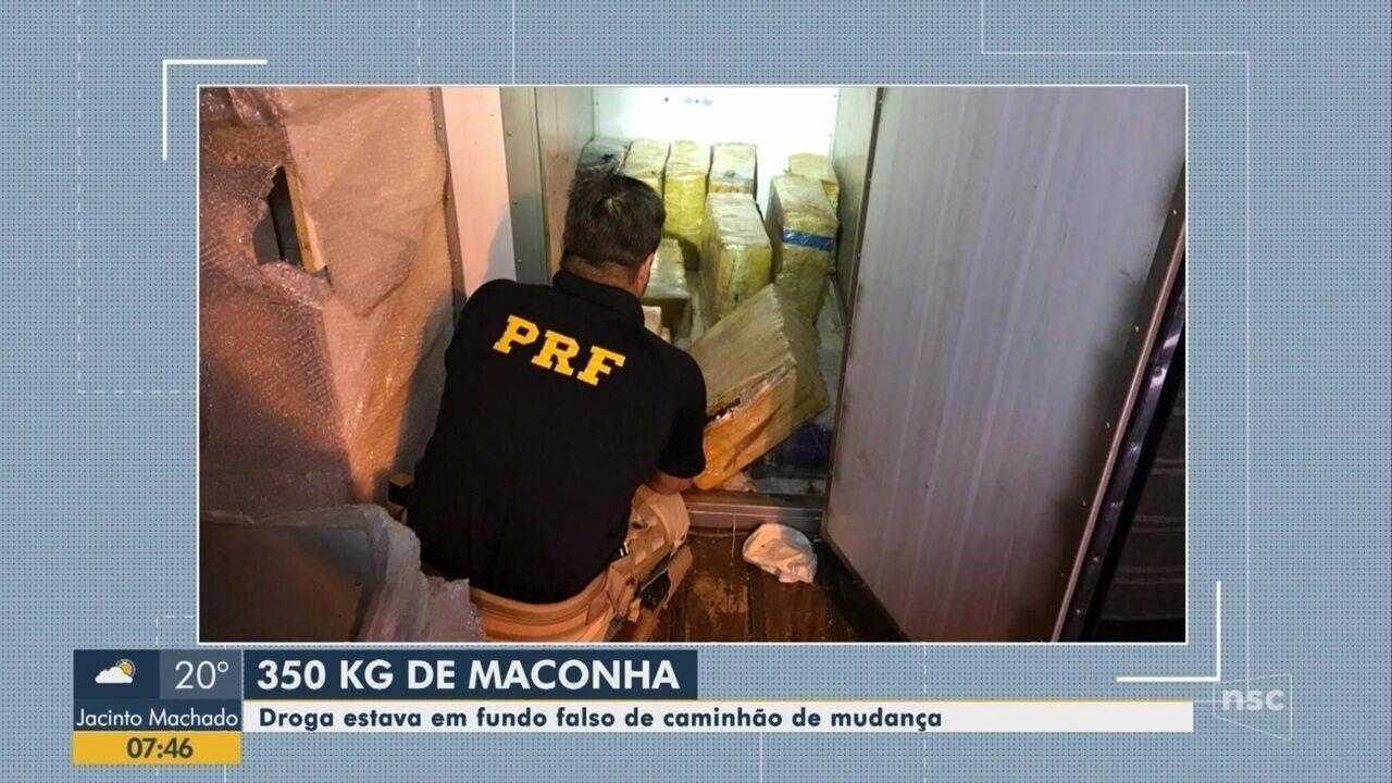 PRF apreende 350 quilos de maconha em fundo falso de caminhão em SC