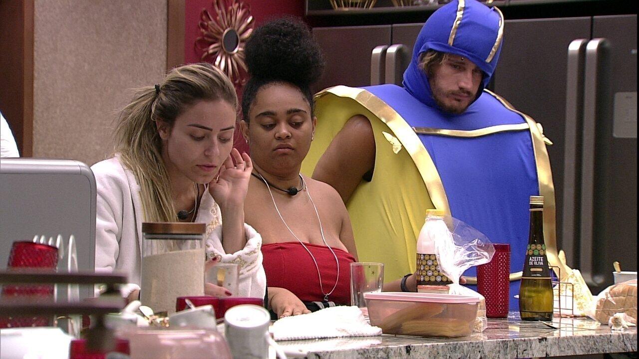 Confinados falam sobre casamento e Paula brinca sobre convidar Elana